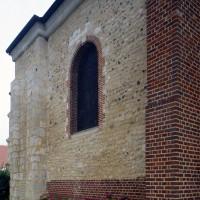 Vue partielle des parties romanes de l'église depuis le nord-ouest (2016)