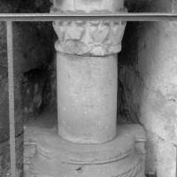 Base, colonne et chapiteau de la collégiale du 12ème siècle présentés sous la porte de Nointel (1970)