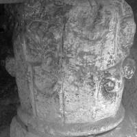 Chapiteau de la collégiale du 12ème siècle présentés sous la porte de Nointel (1970)