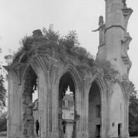 Les chapelles sud du choeur et la tourelle d'escalier avec les arrachements de la double volée d'arcs-boutants, vus vers le sud-ouest (2000)