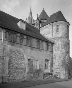 Vue partielle du palais épiscopal depuis le sud-est avec, à droite, la tour gallo-romaine hébergeant la chapelle des anges