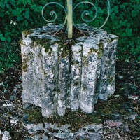 Retombée de voûtes provenant des bâtiments abbatiaux (salle capitulaire, réfectoire...) et réutilisée comme pied de croix (2004)
